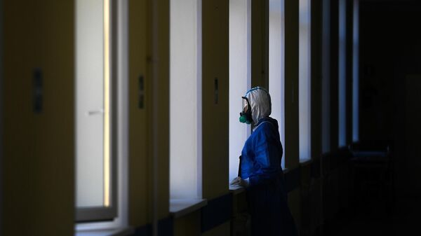 Врач у окна в госпитале COVID-19 в ЦИТО им. Н. Н. Приорова