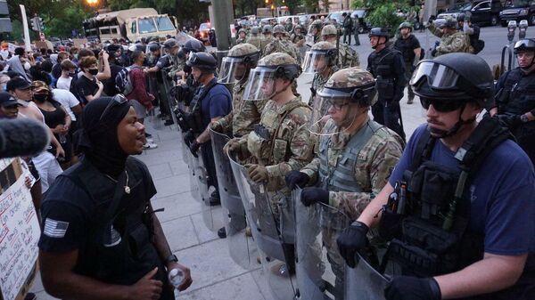 Военная полиция США и участники акции протеста против полицейского насилия в США