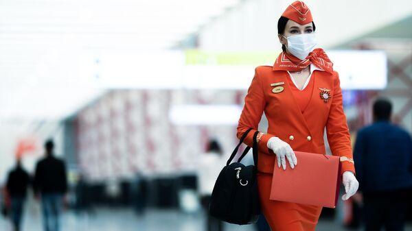Стюардесса авиакомпании Аэрофлот в аэропорту Шереметьево в Москве