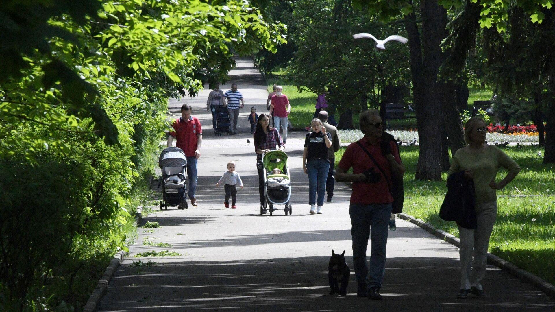 Люди отдыхают в парке на улице Крупской в Москве - РИА Новости, 1920, 01.08.2021