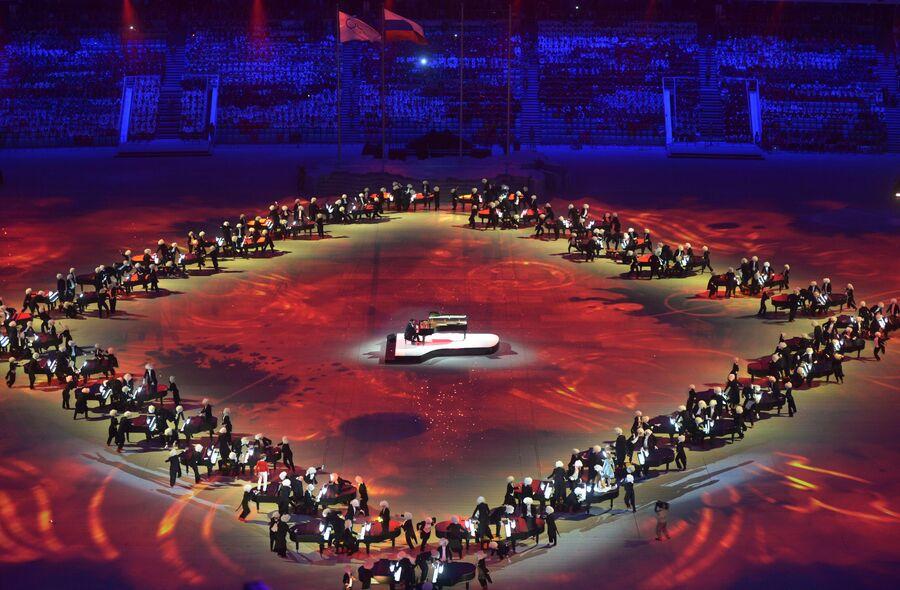 Пианист Денис Мацуев (в центре) выступает на церемонии закрытия XXII зимних Олимпийских игр в Сочи