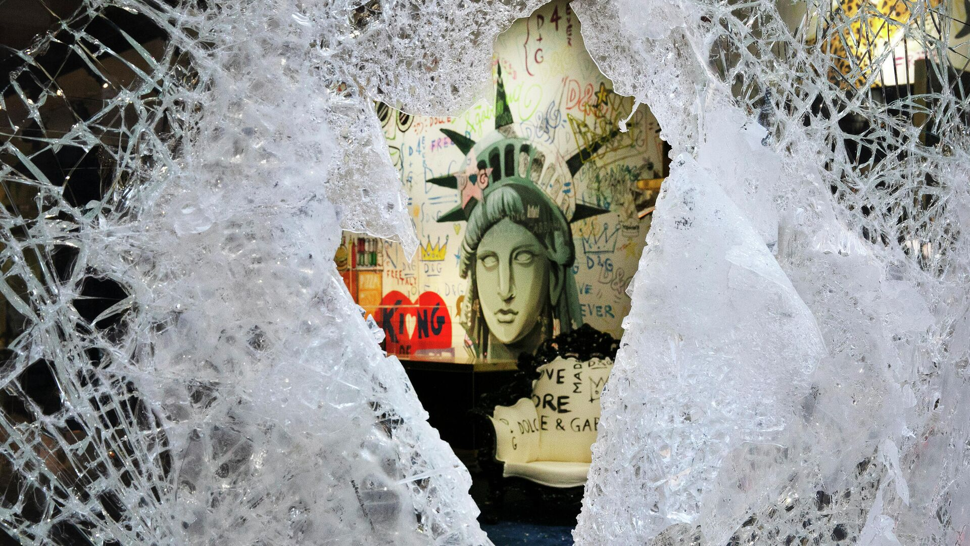 Разбитая витрина магазина Dolce and Gabbana в Нью-Йорке - РИА Новости, 1920, 14.06.2020