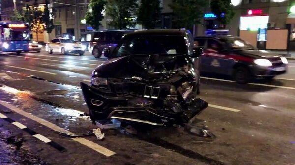 Автомобиль актера Михаила Ефремова на месте ДТП на Смоленской площади в Москве. Стоп-кадр видео