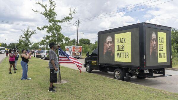 Люди возле церкви The Fountain of Praise в Хьюстоне во время церемонии прощания с афроамериканцем Джорджем Флойдом, погибшем при задержании в Миннеаполисе
