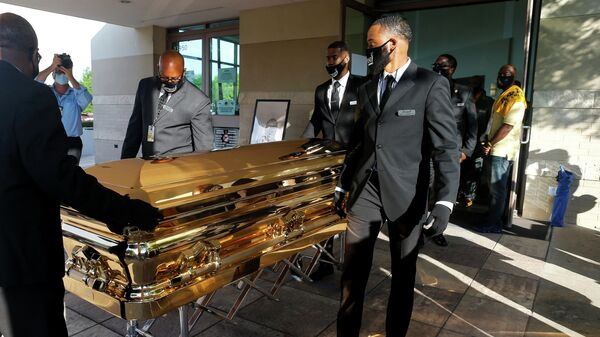 Гроб Джорджа Флойда вынесен из церкви The Fountain of Praise в Хьюстоне после церемонии прощания