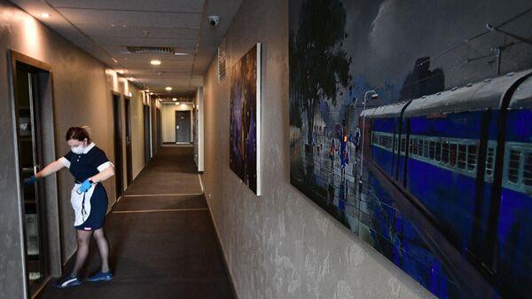 Горничная в коридоре отеля