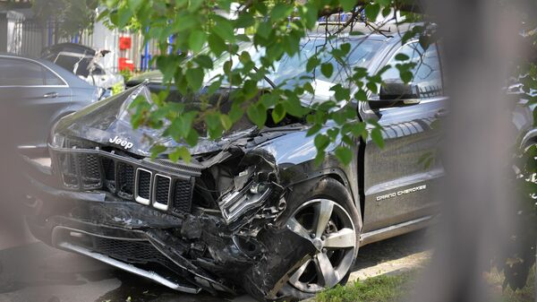 Пострадавший в результате аварии автомобиль актёра М. Ефремова Jeep Grand Cherokee на служебной