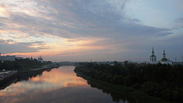 Вид на реку Тура с моста Влюбленных в Тюмени