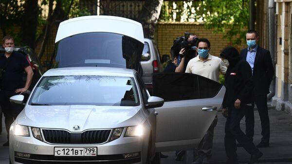 Актёр Михаил Ефремов садится в автомобиль у своего дома в Москве
