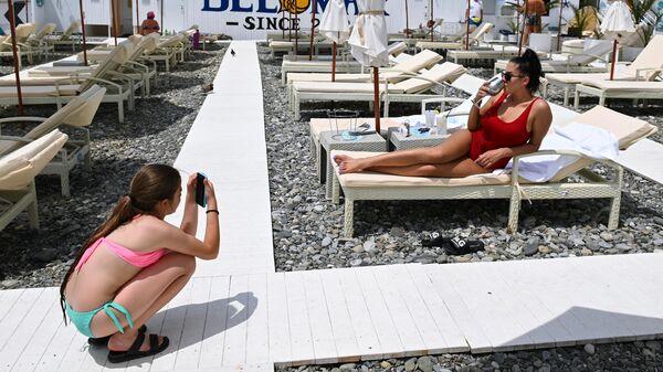 Отдыхающие на пляже в Центральном районе города Сочи