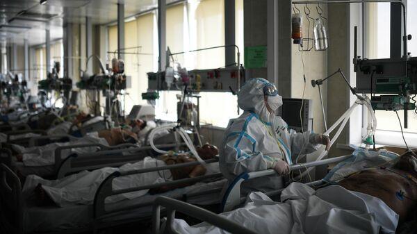 Врач обходит пациентов в реанимации городской клинической больницы No 15 имени О. М. Филатова в Москве