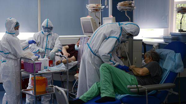 Врачи и пациенты в кабинете гемодиализа городской клинической больницы No 15 имени О. М. Филатова в Москве