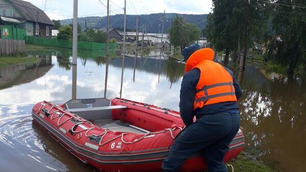 Сотрудники МЧС во время мероприятий по стабилизации паводковой обстановки