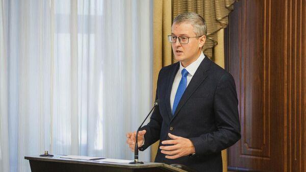 Врио губернатора Камчатского края Владимир Солодов на сессии Заксобрания, представляя доклад  о ключевых задачах и приоритетах в работе