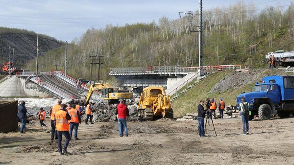 Работы на месте обрушения железнодорожного моста через реку Кола между станциями Кола и Выходной в Мурманской области