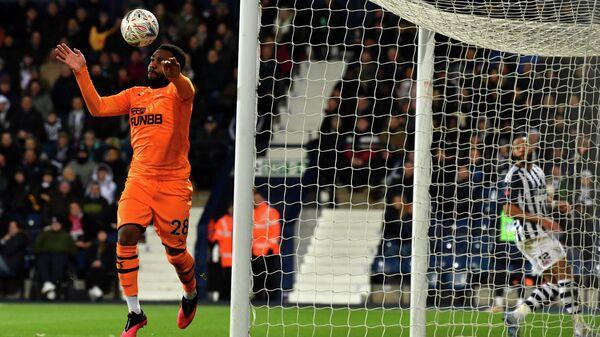 Защитник Ньюкасла Дэнни Роуз выносит мяч с ленточки ворот в матче с Вест Бромвичем