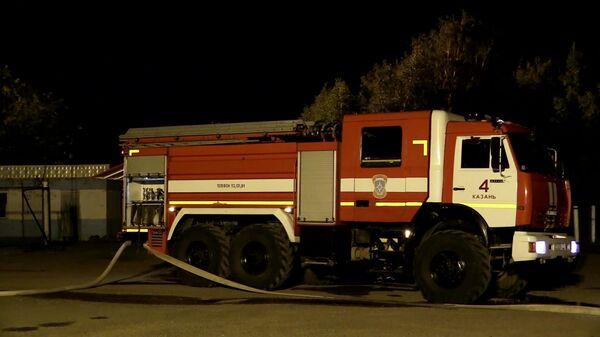 Пожарная машина на месте ликвидации пожара на газораспределительной станции в Казани. Стоп-кадр видео