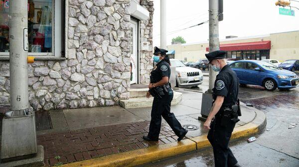 Сотрудники полиции Камдена во время патрулирования улиц города