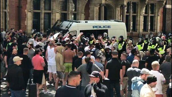 Кадры столкновения протестующих с полицией в Лондоне