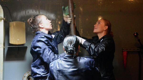 Участницы женского экипажа в ходе обучения