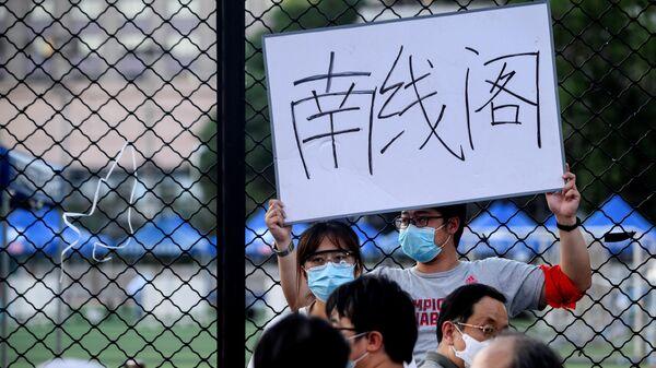 Тестирование людей живущих рядом или посещающих рынок Синьфади на коронавирус в спортивном центре Guang'an в Пекине, Китай