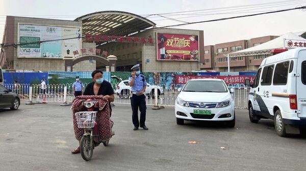 Полицейские у оптового рынка Синьфади в Пекине