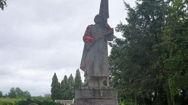 Памятник советскому солдату, оскверненный в Кедайняйском районе Литвы