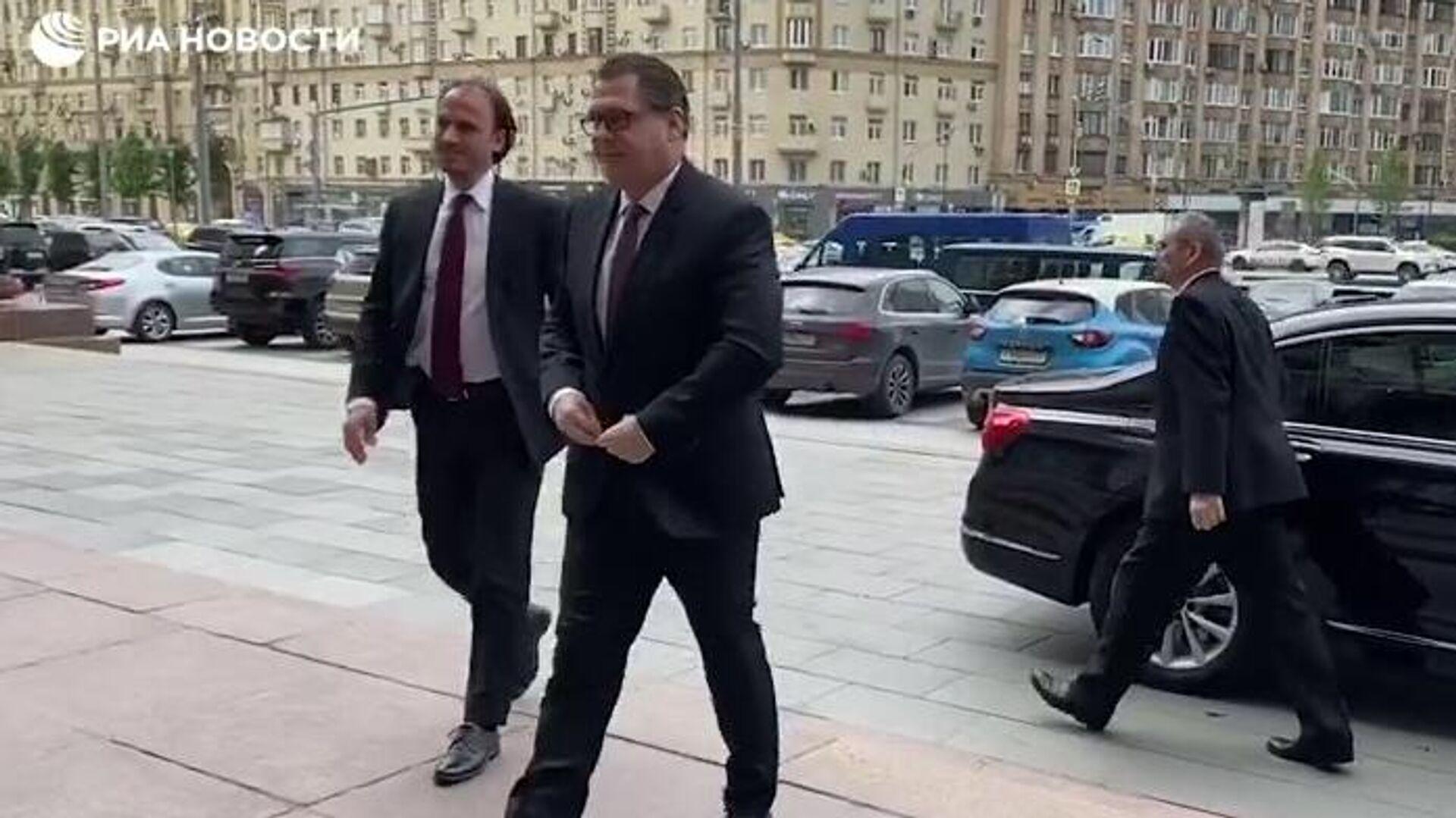Посол Чехии в Москве Витезслав Пивонька около здания МИД России - РИА Новости, 1920, 18.04.2021