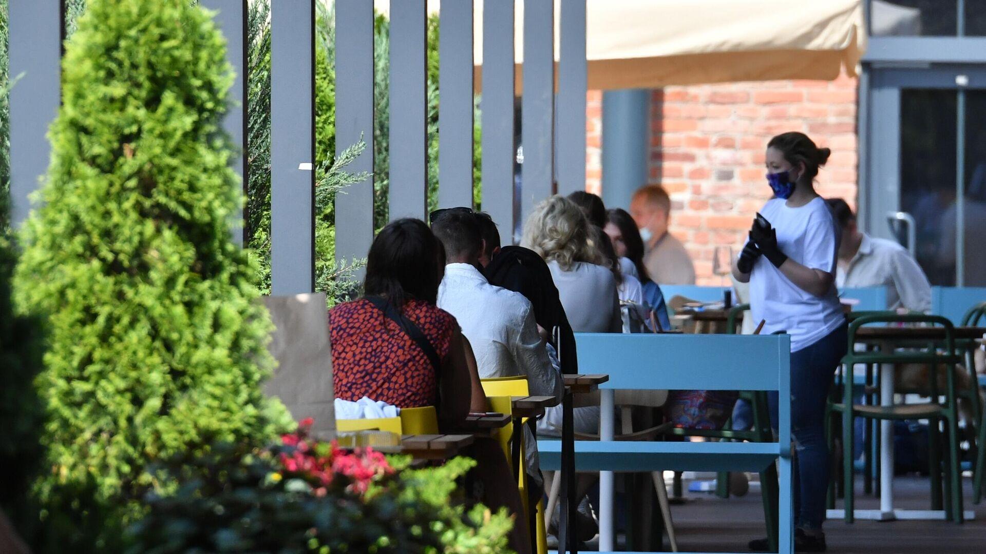 Посетители на летней веранде, расположенной на территории фудмолла Депо. Москва - РИА Новости, 1920, 15.06.2021