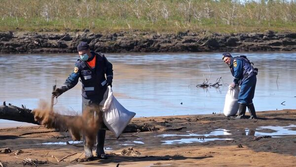 Сотрудники МЧС РФ во время ликвидации последствий розлива нефтепродуктов из резервуара ТЭЦ-3 под Норильском