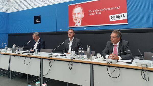 Глава комитета бундестага по энергетике Клаус Эрнст и исполнительный директор Восточного комитета немецкой экономике Михаэль Хармс на пресс-конференции в Берлине по Северному потоку 2