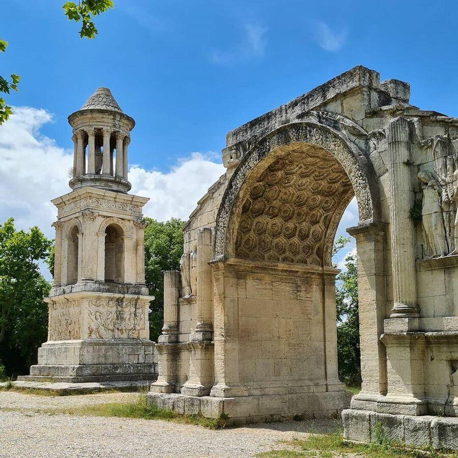 Юлиев Мавзолей и Триумфальная арка в Глануме