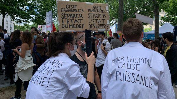 Участники акции протеста медиков в Париже