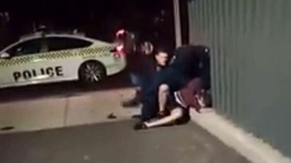 Сотрудники полиции во время задержания местного жителя в Аделаиде, Австралия. Стоп-кадр видео очевидца