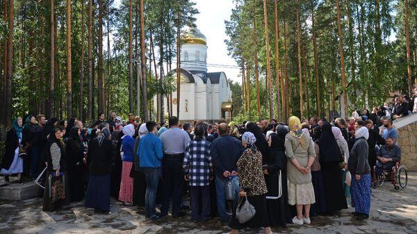 Верующие на территории Среднеуральского женского монастыря в Свердловской области