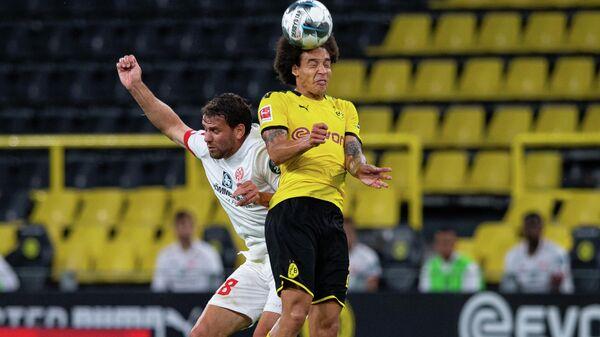 Нападающий ФК Майнц Адам Салаи (слева) полузащитник ФК Боруссия Аксель Витсель в матче 32-го тура чемпионата Германии по футболу