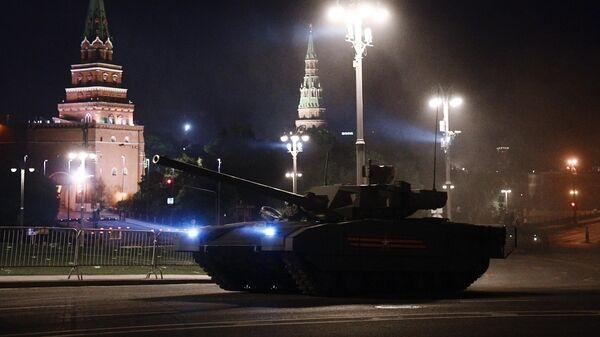Танк Т-14 Армата на ночной репетиции парада в честь 75-летия Победы в Великой Отечественной войне в Москве
