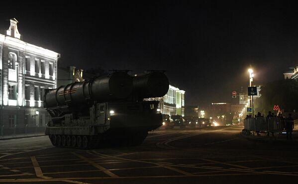 Зенитно-ракетная система (ЗРС) С-300В4 на Моховой улице во время ночной репетиции парада в честь 75-летия Победы в Великой Отечественной войне в Москве