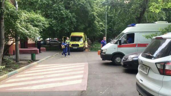Автомобили скорой помощи у дома на улице Приорова в Москве, где произошла стрельба. Кадр видео