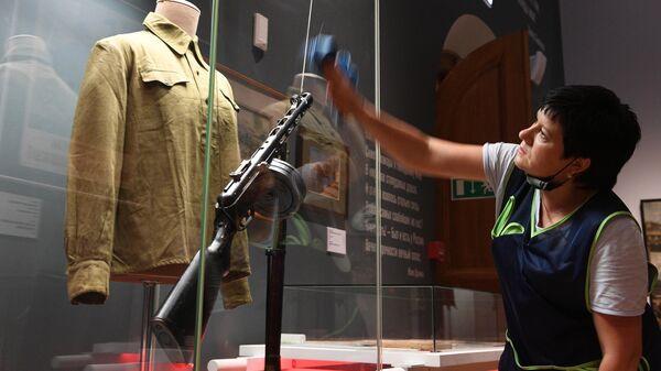 Сотрудник музея проводит дезинфекцию на выставке Медики в годы Великой Отечественной войны в Москве