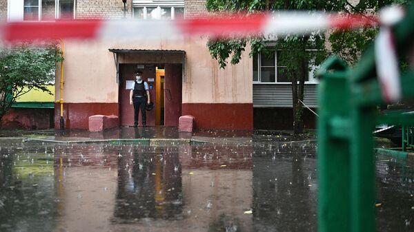 Подъезд дома на севере Москвы, где мужчина открыл стрельбу
