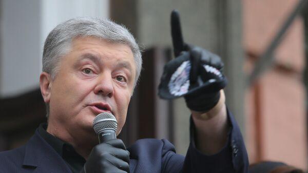 Петр Порошенко выступает у здания Печорского районного суда