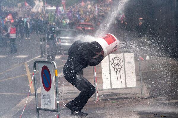 Участник акции протеста медицинских работников в Нанте