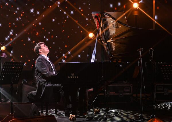 Народный артист РФ, пианист-виртуоз и общественный деятель Денис Мацуев во время онлайн-концерта в рамках проекта Шоу ON! на Okko