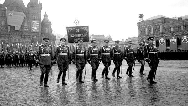 оржественный марш воинов 3-го Украинского фронта во главе с маршалом Советского Союза Толбухиным Федором Ивановичем на Параде Победы на Красной площади 24 июня 1945 года