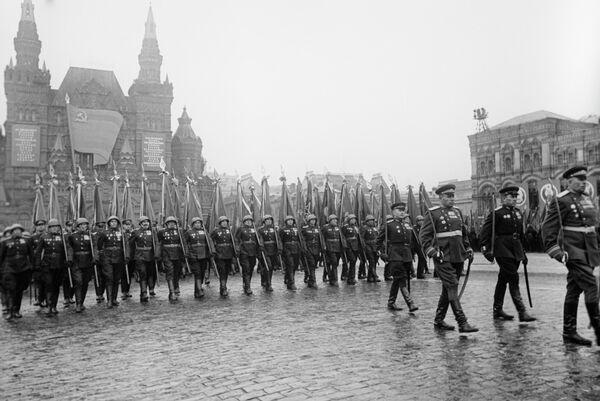 Торжественный марш сводного полка одного из фронтов на параде Победы на Красной площади, 24 июня 1945 года