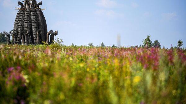 Арт-объект Бабур на фестивале ландшафтных объектов Архстояние в деревне Никола-Ленивец в Калужской области.