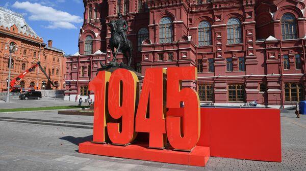 Украшение к параду Победы перед памятником маршалу Георгию Жукову у Исторического музея в Москве