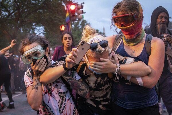 Протестующие бегут после столкновения с полицией возле Белого дома на площади Лафайетт, Вашингтон