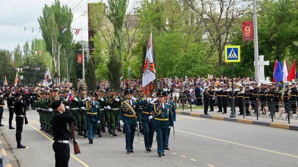 Военнослужащие на параде Победы в Керчи